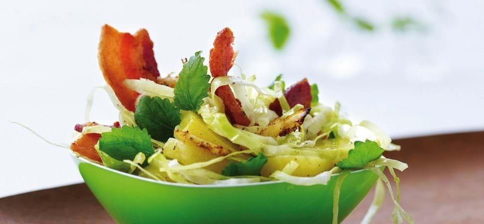 Kartoffel og spidskålsalat med stegt bacon