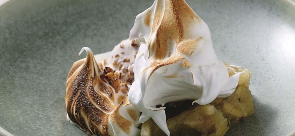 Vaniljeis i hasselnødcrumble med lun æblekompot og brændt marengs