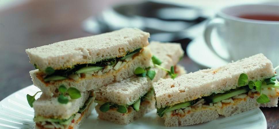 Sandwich med agurk og karrysmør