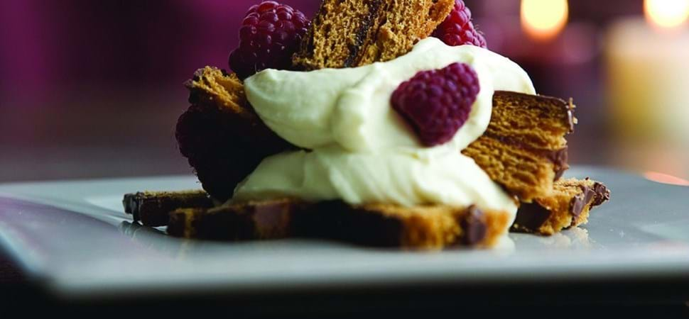 Honningkage-trifli med hindbær